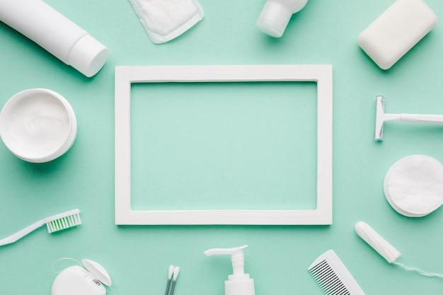 Moldura vazia, cercada por produtos de higiene
