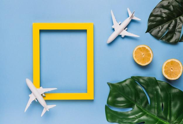 Moldura vazia com aviões, folhas e frutas