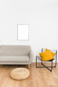 Moldura vazia com sofá e cadeira
