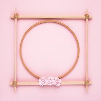 Moldura vazia de madeira criativa simples no fundo rosa
