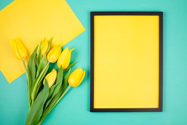 Moldura vazia decorativa com espaço de cópia e buquê de tulipas