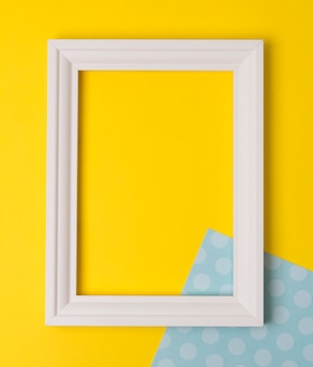 Moldura vazia plana colocar na mesa de bolinhas amarelas e azuis