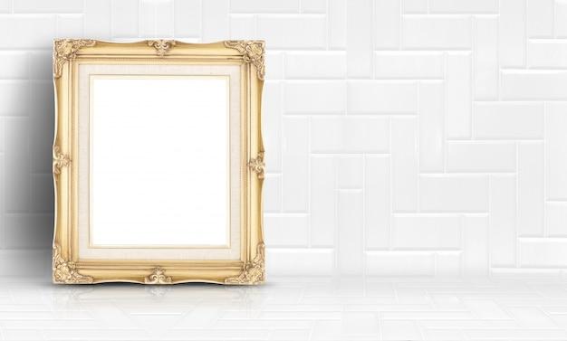 Moldura vintage dourada vazia no fundo branco da parede e piso de azulejo limpo
