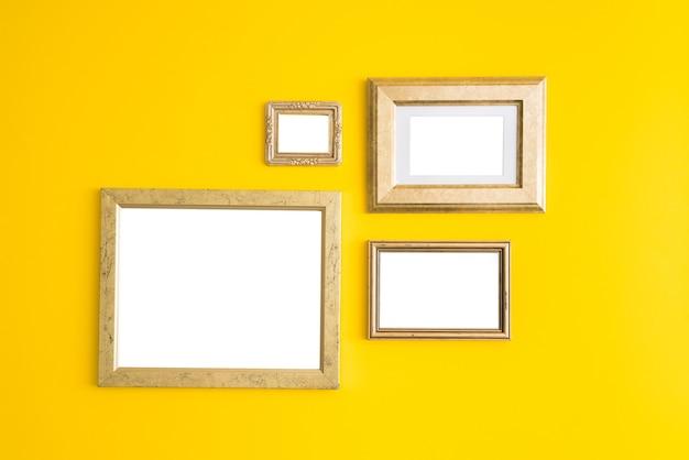 Molduras de madeira vazias em branco sobre fundo amarelo.
