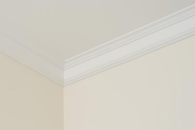 Molduras de teto no interior, um detalhe de canto