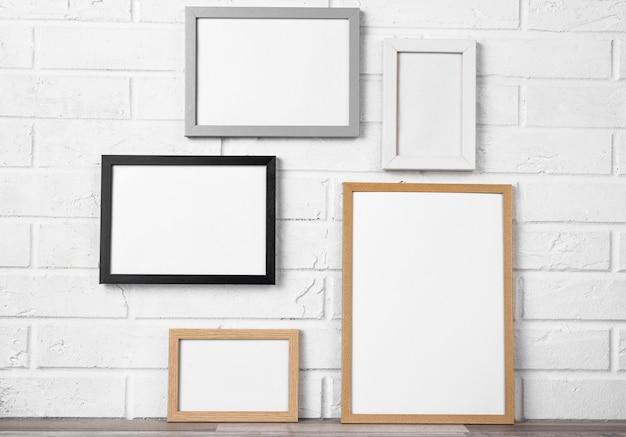 Molduras em branco na parede