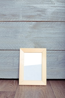 Molduras na parede de madeira