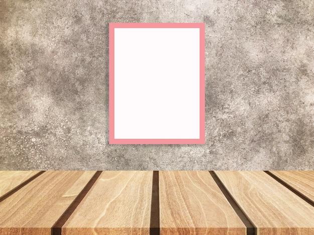 Molduras para fotos de madeira em branco encostado na parede e piso de madeira diagonal.