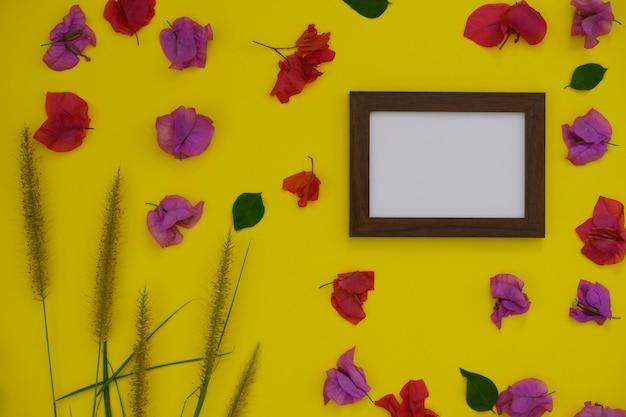 Molduras para fotos de mock-up com espaço para texto ou imagens em fundo amarelo e flores tropicais.