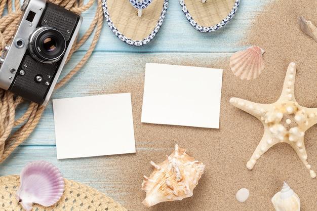 Molduras para fotos de viagens e férias e itens na mesa de madeira. vista do topo