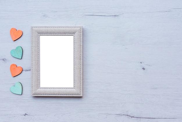 Molduras para fotos e corações na mesa de madeira, copie o espaço