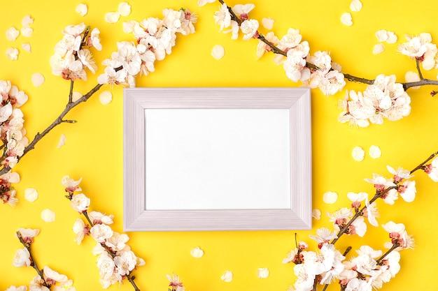 Molduras para fotos e raminhos de damasco com flores brancas
