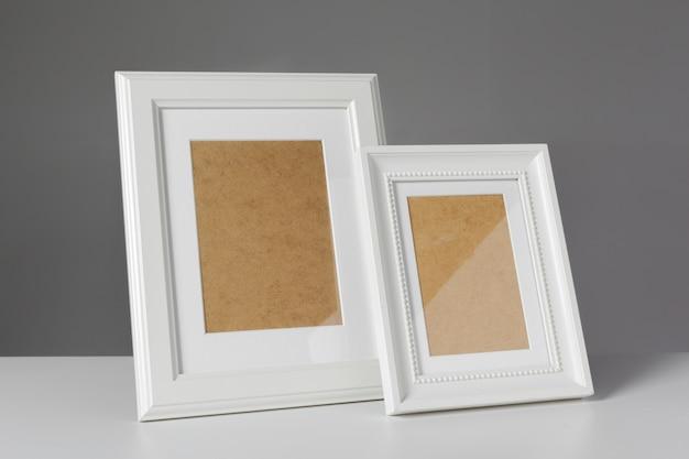 Molduras para fotos em branco na mesa