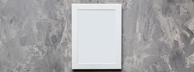 Molduras para fotos em branco sobre fundo cinza de concreto