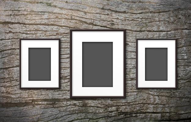 Molduras para fotos em branco sobre fundo de madeira velha