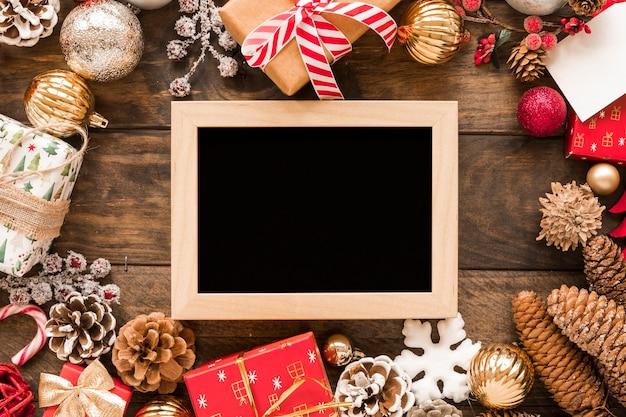 Molduras para fotos entre as decorações de natal