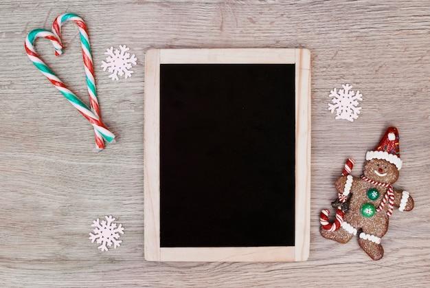 Molduras para fotos entre bastões de doces colocados em forma de boneco de neve coração e cookie