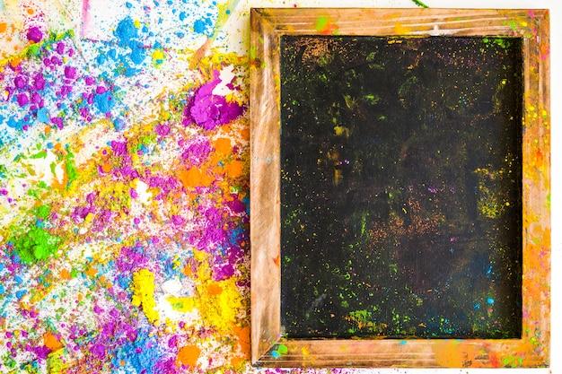 Molduras para fotos perto de borrões e pilhas de diferentes cores secas brilhantes