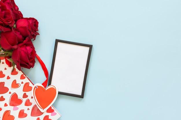 Molduras para fotos perto de flores e pacote de presentes