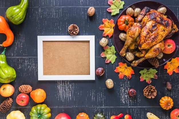 Molduras para fotos perto de frango assado e legumes