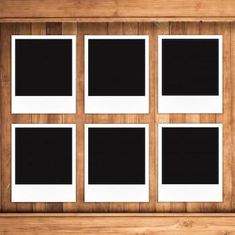 Molduras para fotos polaroid em fundo de madeira