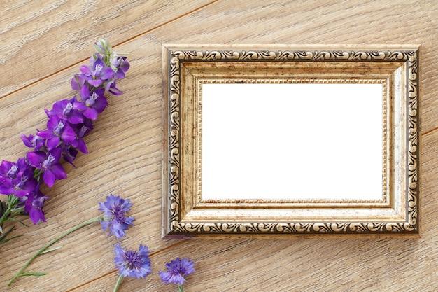Molduras para fotos vintage com cópia espaço e flores azuis em placas de madeira velhas.