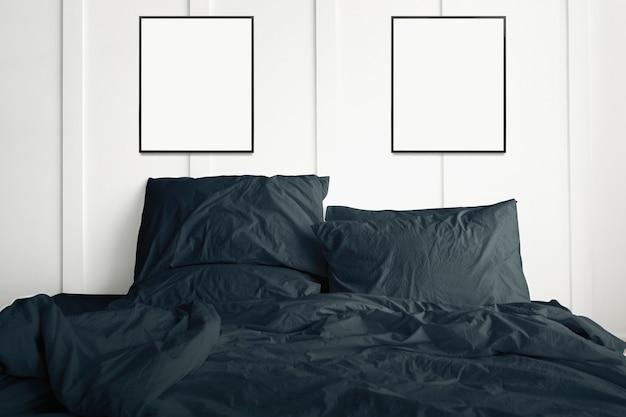 Molduras vazias penduradas acima de uma cama verde-escura