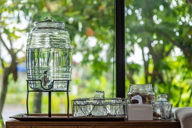Molhe a bebida na água de vidro na natureza borrada tabela