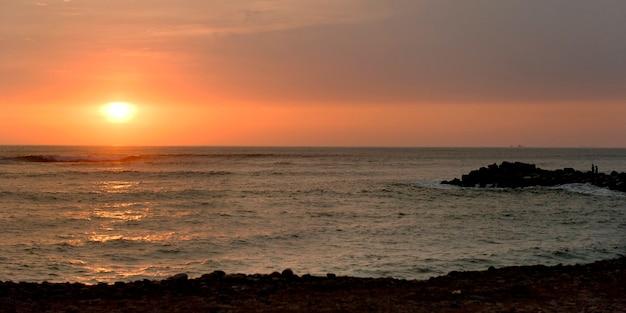 Molhe ao oceano no por do sol, distrito de miraflores, província de lima, peru