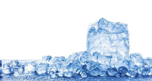 Molhe com cubos de gelo picado no copo isolado no fundo branco