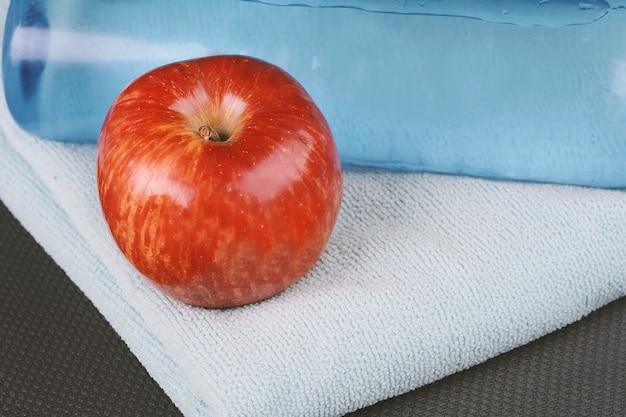 Molhe com jogo para atividades esportivas e maçã