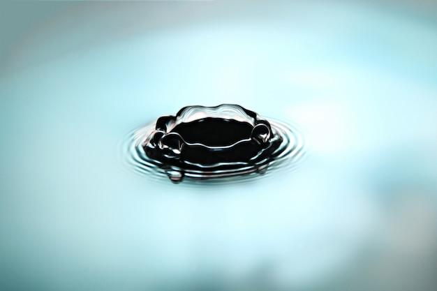 Molhe gotas uma forma bonita da coroa em azul e em branco.