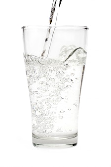 Molhe no vidro isolado no fundo branco