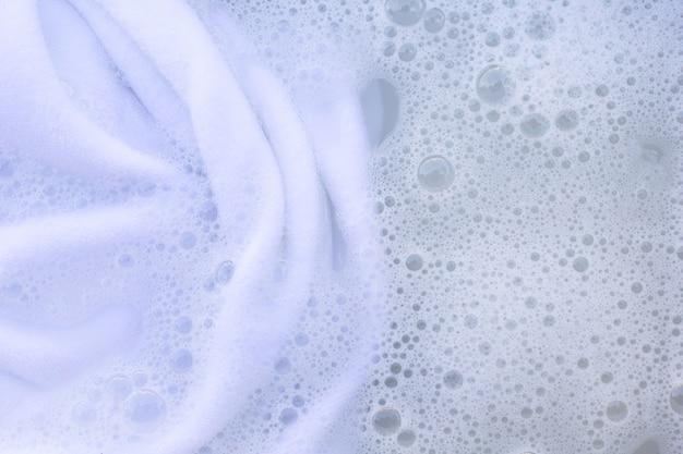 Molhe o pano branco antes de lavar