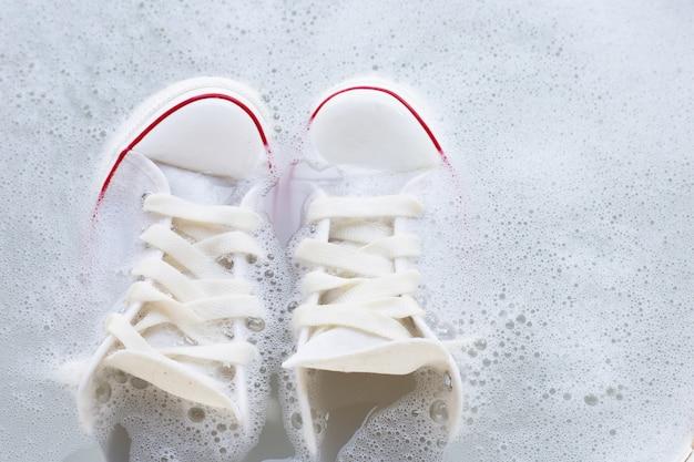 Molhe os sapatos antes de lavar. tênis sujos.