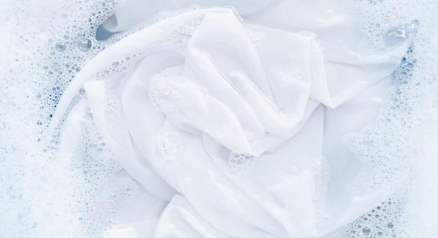 Molhe um pano antes de lavar, pano branco