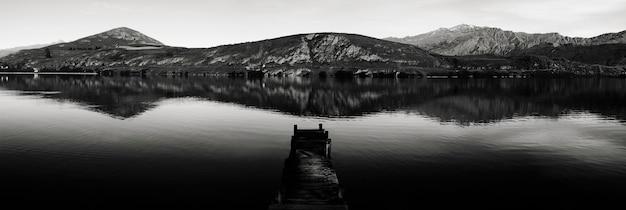 Molhe velho do barco, lago hayes, nova zelândia. algum grão de filme.