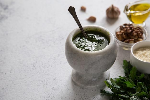 Molho caseiro do pesto de salsa e ingredientes, alimento saudável do vegetariano.