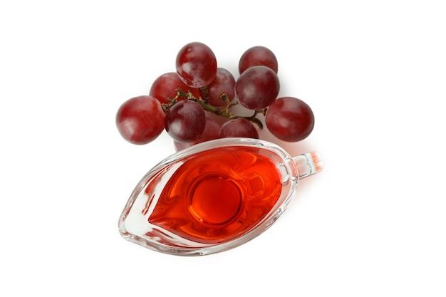 Molho com vinagre e uva isolado no fundo branco