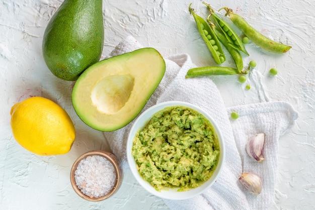 Molho cremoso de guacamole para torrar pão com abacate e ervilhas