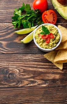 Molho de abacate guacamole com nachos de salgadinhos de milho
