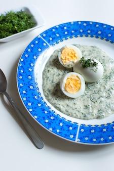 Molho de aneto checa tradicional com ovos cozidos