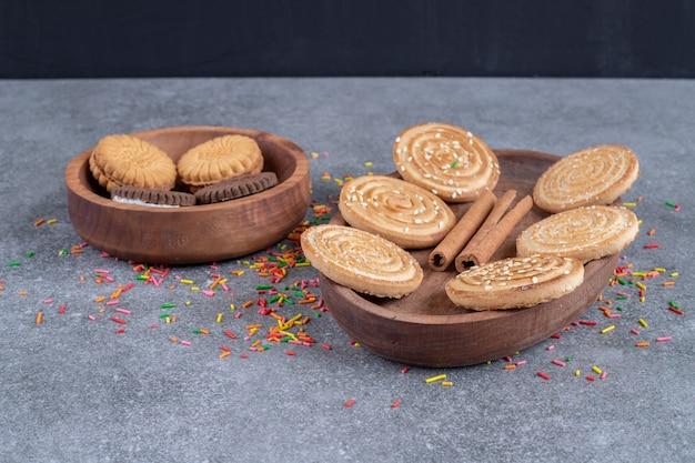 Molho de biscoitos doces em pratos de madeira