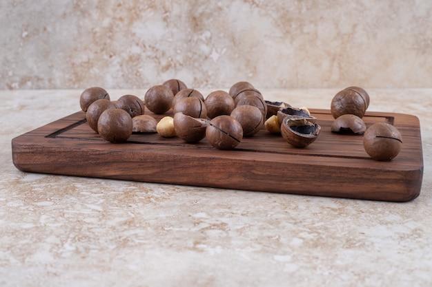 Molho de bombons de chocolate na placa de madeira