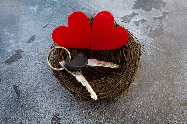 Molho de chaves de casa com corações em fundo cinza