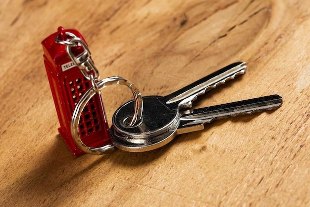 Molho de chaves na mesa