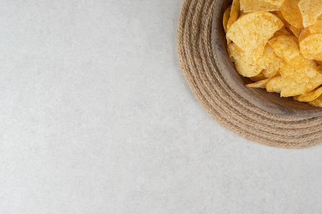 Molho de chips crocantes em tigela de madeira