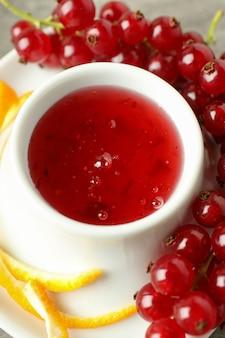 Molho de cranberry, cranberry e casca de laranja, close-up
