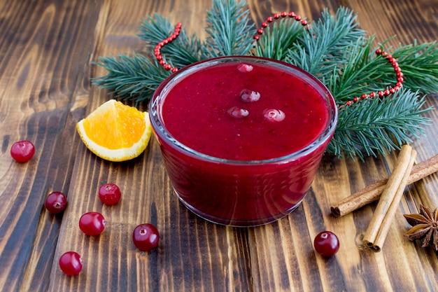 Molho de cranberry de natal na tigela de vidro