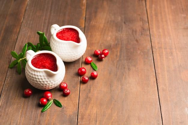 Molho de cranberry em uma panela de cerâmica